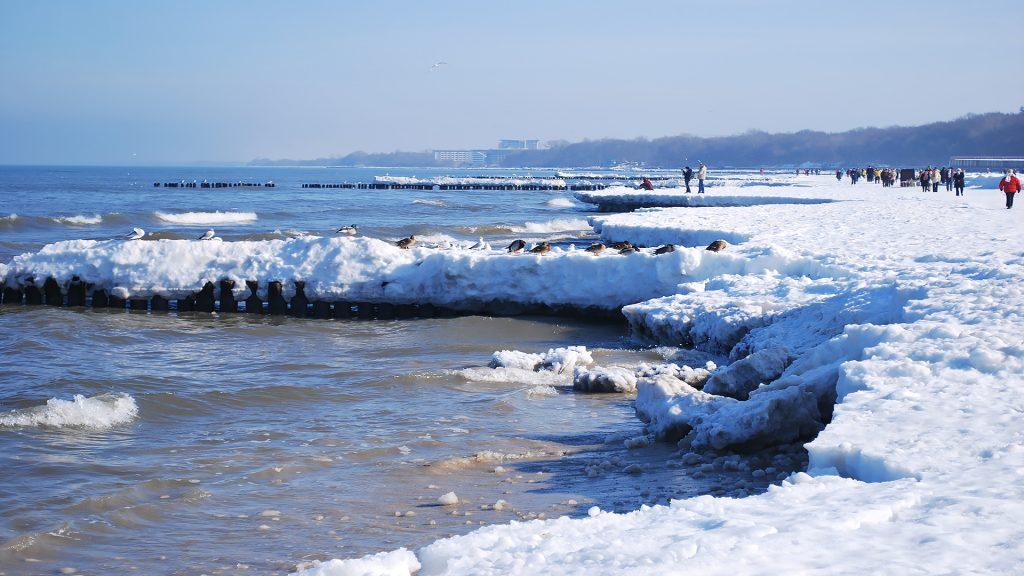 Plaża w Kołobrzegu pokryta śniegiem